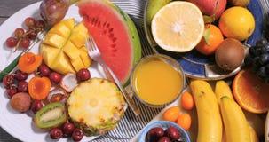 Remate abajo de vista de un surtido de frutas sanas, orgánicas Imágenes de archivo libres de regalías