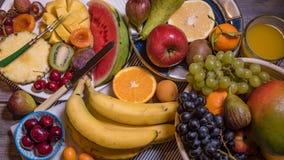 Remate abajo de vista de un surtido de frutas sanas, orgánicas foto de archivo libre de regalías