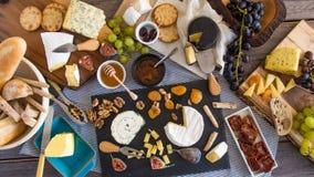 Remate abajo de vista de un surtido de queso francés y británico Imagen de archivo libre de regalías