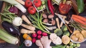 Remate abajo de vista de un surtido de verduras y de jugo de tomate sanos, orgánicos Imagen de archivo libre de regalías
