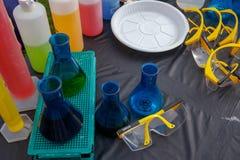 Remate el tiro plano del frasco del laboratorio con el l?quido colorido para los experimentos de la ciencia imágenes de archivo libres de regalías