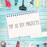 Remate 10 proyectos diy contra las herramientas y la libreta en fondo de madera Imagenes de archivo