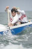 Rematori che remano la canoa di intelaiatura di base della gru Fotografie Stock