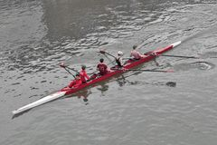 Rematori da addestramento di Kingston Rowing Club per la corsa del crogiolo di canoa nel Tamigi, Kingston, Inghilterra immagini stock