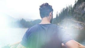 Rematura del giovane in barca sul lago della montagna video d archivio