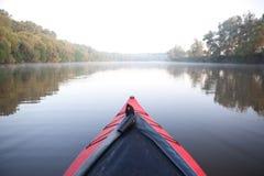 Rematura del kajak sul fiume nebbioso Fotografia Stock Libera da Diritti