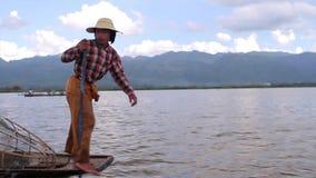 Rematura del pescatore della gamba sulla barca di sampan archivi video