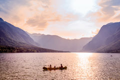 Rematura della famiglia in crogiolo di canoa sul bello lago Bohinj, Slovenia Immagine Stock