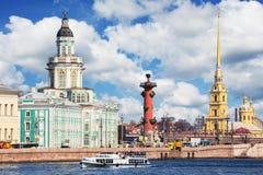 Remblai d'Universitetskaya de rivière de Neva à St Petersburg, Rus Image libre de droits