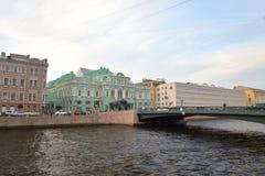 Remblai de canal de Fontanka dans StPetersburg photographie stock libre de droits