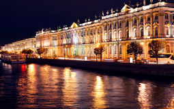 Remblai de Dvortsovaya la nuit. St Petersburg Photo libre de droits