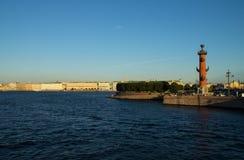 Remblai de flèche et de palais à St Petersburg Photographie stock libre de droits