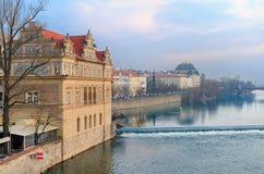 Remblai de fleuve de Vltava, musée de Smetana Photos stock