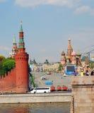 Remblai de Kremlevskaya de la rivière de Moscou. Photographie stock libre de droits