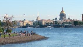Remblai de la cathédrale de rivière de Neva, de ` s d'Isaac, de pont de palais et de l'Amirauté Images stock