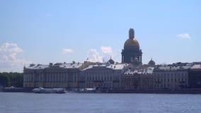 Remblai de la rivière de Neva à St Petersburg banque de vidéos