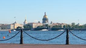 Remblai de la rivière de Neva fond de cathédrale sur d'Amirauté et d'Isaac ` s - St Petersburg, Russie Image stock