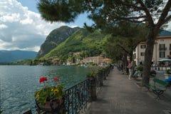 Remblai de lac Como dans Menaggio, Italie Photos stock