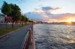 Remblai de Makarova, le soir au coucher du soleil avec le soleil lumineux sur l'horizon St Petersburg photos stock