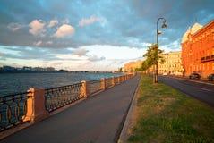 Remblai de Makarova, le soir au coucher du soleil en direction du pont d'échange St Petersburg photos stock