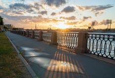 Remblai de Makarova, le soir au coucher du soleil en direction du stade de Petrovsky St Petersburg image stock