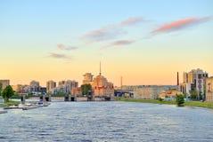 Remblai de Malaya Nevka River au coucher du soleil photo libre de droits