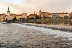 Remblai de Masaryk de soirée, vue de la rivière Vltava (Prague) Photo libre de droits