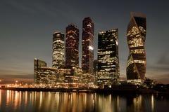 Remblai de nuit de la rivière de Moskva près du centre d'affaires de la ville photographie stock libre de droits