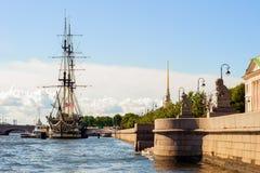 Remblai de Petrovskaya de rivière de Neva Photographie stock