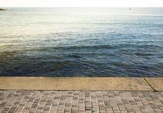 Remblai de pierre naturelle et eaux bleues du méditerranéen photographie stock libre de droits
