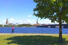 Remblai de rivière de dvina occidentale à Riga images stock