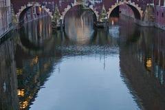 Remblai de rivière le soir Photos libres de droits