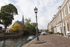 Remblai de rivière Vecht dans le village néerlandais de Maarssen Images stock