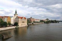 Remblai de rivière de Vltava dans les faisceaux plaçant le soleil dans la perspective du prochain mauvais temps photo libre de droits