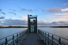 Remblai de ville près du lac avec l'infrastructure pour la récréation Ascenseur sur le quai de Mastis de lac dans Telsiai, Lithua image stock