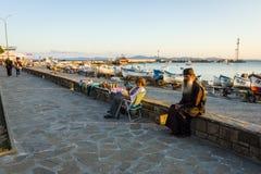 Remblai du port maritime, d'une femme un vendeur de cadeau et d'un ecclésiastique dans la station touristique de bord de la mer d photos libres de droits