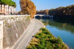 Remblai du Tibre avec le chemin de vélo le jour d'automne Beaux vieux hublots à Rome (Italie) Photo stock