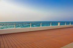 Remblai par la mer Le panneau orange de terrasse, barrière, ondule Les EAU, Dubaï, vis-à-vis de l'hôtel l'Atlantide Aucune person Images stock