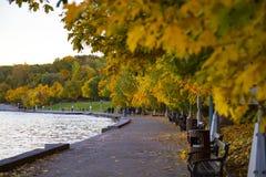 Remblai pendant le coucher du soleil un jour chaud d'automne photographie stock