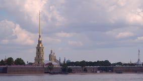 Remblai près de Peter et de Paul Fortress à St Petersburg clips vidéos