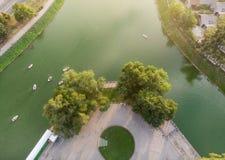 Remblai, rivière et bateaux de ville photographie stock libre de droits