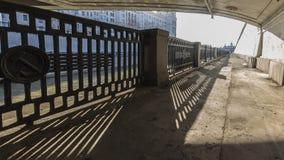 Remblai urbain de barrière de rivière Photos libres de droits
