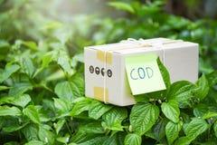 Rembours het verschepen elektronische handel de levering online en de orde die de online het winkelen doos van het verpakkingskar stock foto