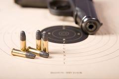 Remboursements in fine et pistolet de cible Images stock