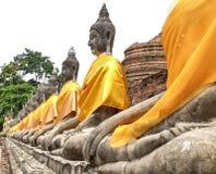 Reme la sentada de las estatuas de Buda en Wat Yai Chaimongkol Ayutthaya T Imagen de archivo