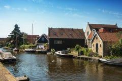 Reme las palomas en un tejado en el pueblo del Frisian de Hindeloopen en t Fotos de archivo