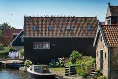 Reme las palomas en un tejado en el pueblo del Frisian de Hindeloopen en t Foto de archivo
