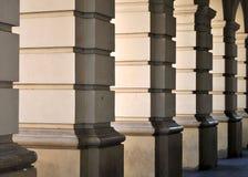 Reme los pilares significativos en la entrada de la catedral Foto de archivo