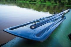 Reme no barco de flutuação, férias com natureza Imagens de Stock