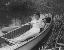 Reme su barco suavemente abajo de la corriente Imagen de archivo libre de regalías